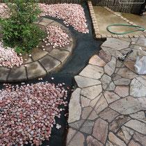 敷かれていた砂利を集めて洗浄、石の際をモルタルで充填していきます。