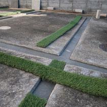 駐車場の溝は意外と雑草が生えやすい場所、今回はコンクリートで埋めて人工芝を接着しました。