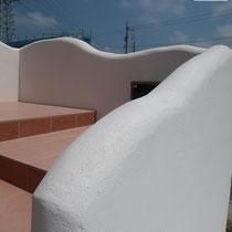 白い塗壁は曲線を帯びるようにブロック下地を加工し、できるだけ圧迫感を解消します。