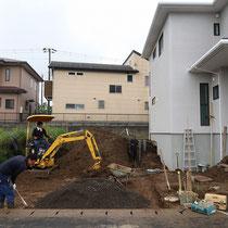 まずは掘削作業。一部は場内整地、一部は場外処分でおおまかな形をつくります。