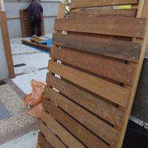 予め用意してきたフェンスパネル。構造を設置したらフェンスをはめ込んでいきます。
