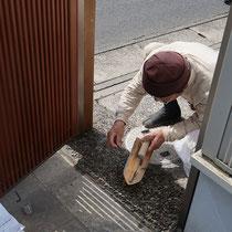 門柱を埋め直し、洗い出し舗装で修繕します。