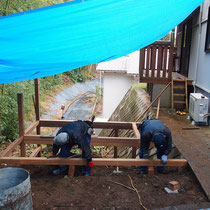 施工初日は小雨でしたが、テントを張りながらデッキ構造を組み立て行きました。