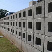 隣地境界にはモノトーンカラーのスクリーンブロックを贅沢に使います。