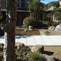 もともとあった石材で、路地や石組みをつくり庭園の風格を高めます。