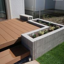 デッキの外周には転落防止を兼ねる花壇を配置。砂場遊びも楽しめますね。