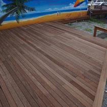約45m2の大きなウッドデッキ、ビーチのイラスト看板が一層引き立ちます。
