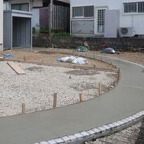 コンクリート打設を二回に分けて、サークルの形状を見切り材がみえないように打設します。