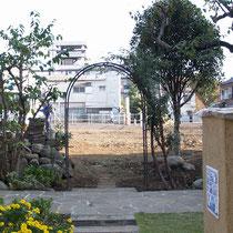 まずは既存の樹木や石などを整理して更地にしました。