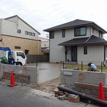 人工芝の部分にはコンクリート舗装で基礎を作ります。壁には下塗りをモルタルで作ります。