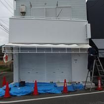 追加した鉄棒もきれいに塗装され、テントの設置工事が始まります。