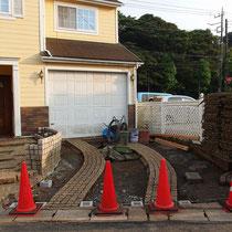 残土処分し、脱着式フェンスを立てる穴あきブロックを設置しました。石積花壇も作成中。
