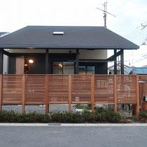 建物正面から見た様子、高さのあるフェンスですが、低木の植込みで圧迫感をあまり感じない仕上がりです。