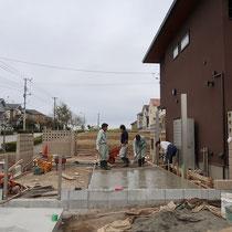 駐車場のコンクリート打設中、自動車4台分の舗装を2回に分けて打設します。