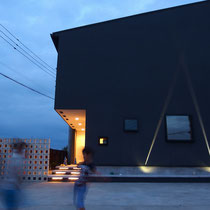 夕方になるとセンサーで照明が点灯、お住まいをさらに引き立てるビームライトと階段のLEDライトがモダンな雰囲気を生み出します。