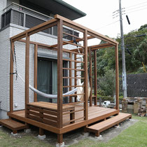 ベンチと構造を強化する横桟フェンスを組んで出来上がりました。