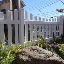 古い木製のフェンスを撤去し、腐食や劣化の心配がない真っ白なバイナルフェンスを設置しました。