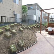 歩く部分は砕石で強度UPした固まる土舗装、ガーデンエッジで芝生スペースと見切りをつけます。