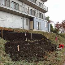 盛土中の様子、大雑把に出したラインに沿ってクレーンで土を入れていきます。