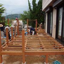 一尺(30cm)ピッチで根太を設置。細かな骨組みでしっかりと作成。丈夫な木材を理想的な建築条件で組立ます。
