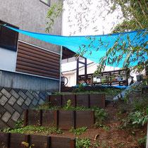 着工前、傾斜地に空中デッキと土留め板で、遊びを創出することができるお庭にします。