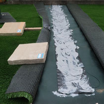 人工芝の継目は背面で接着を行い、はがれにくいように仕上げます。