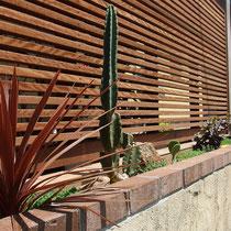 リニューアルのお庭は「西海岸」がテーマ。目隠しを兼ねるすっきりとした横ラインのフェンスに、ドライガーデンをプラスしました。