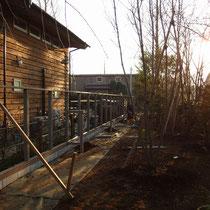 土台と柱は仕口構造により頑丈に組み立てられ、その真ん中にフェンスパネルがはめ込まれていきます。