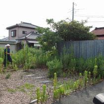 着工前、駐車場とお庭が分裂され、隣地の殺風景な壁で圧迫感を感じる通路となってました。