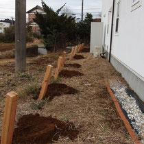 まず穴を掘って、どんどん柱を設置していき正確な距離を出します。