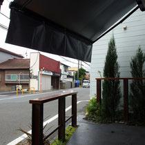 脱着式フリルによって店内に差し込む日差しをシャットアウト。外の寛ぎスペースも程よく涼しくなります。