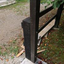 既存のフェンスより背が高い門扉なので、柱をつけたし強固に連結しました。