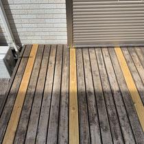 床板の新調。防腐処理済のSPF材です。