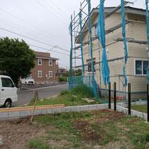 施工前、お庭の隅に設置していきます。