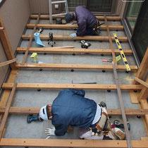 水勾配のあるベランダへのウッドデッキは、高さ調整ができる支持脚を使用し、水平に仕上げます。