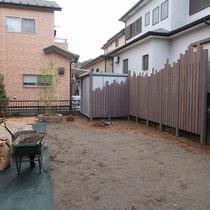物置の横には、寛ぎ部分の背景となるグレー塗装したウッドフェンスを設けます。