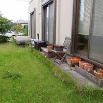 施工前、以前は芝生が広いお庭でした。