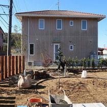 枕木が据え付けられ大枠が完成、あとはグランドカバ―芝生を植えこみ砂利敷きをします。。