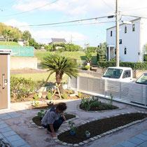 旧家から移植したソテツもシンボリックに映える、お部屋からの眺めも良い東面の菜園ガーデンです。
