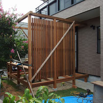 構造と一緒に重たいフェンスを組み込みました。ここまでくると完成も間近となります。