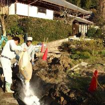 敷地全体の排水路を堀ながら、透水された水を排水させます。