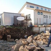 エントランス石積工事の着工、大量のみかも石を用意して、クレーンを使いながら石組み施工します。