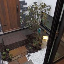坪庭完成、洋風のデザイン建築に合うよう、使う素材は暗めの色調で統一感を出し、日陰に強い植栽でまとめてみました。