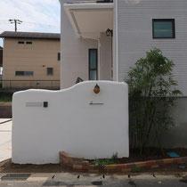 背の高い転落防止壁ですが、なるべく圧迫感がでないよう配慮してレンガ花壇や植栽を組み合わせます。