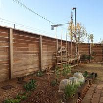 施工前、中庭は排気ガスの汚れはそれほど目立ちませんが、外側と合わせてメンテします。