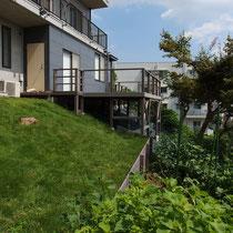 階段工事の着工前、2年経過したウッドデッキやお庭も緑が美しい景観になりましたね。
