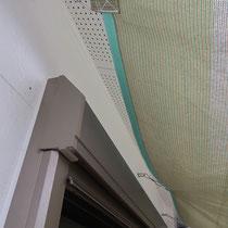 予め設置されていた外壁面のフック、寸法をはかりオーダーメイドで取付できるシェードを作りました。