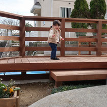 完成後、小さなお子様にも程よい隙間のフェンスで、安心して庭遊びが出来ます。