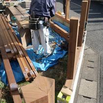 既存ブロックの上に土台を設置、コーナー部分は角材を加工してフェンスを貼りやすくします。