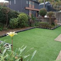 完成した写真撮影、ガラスボトルで区画されたお庭に人工芝が貼られ、お手入れが軽減されました。